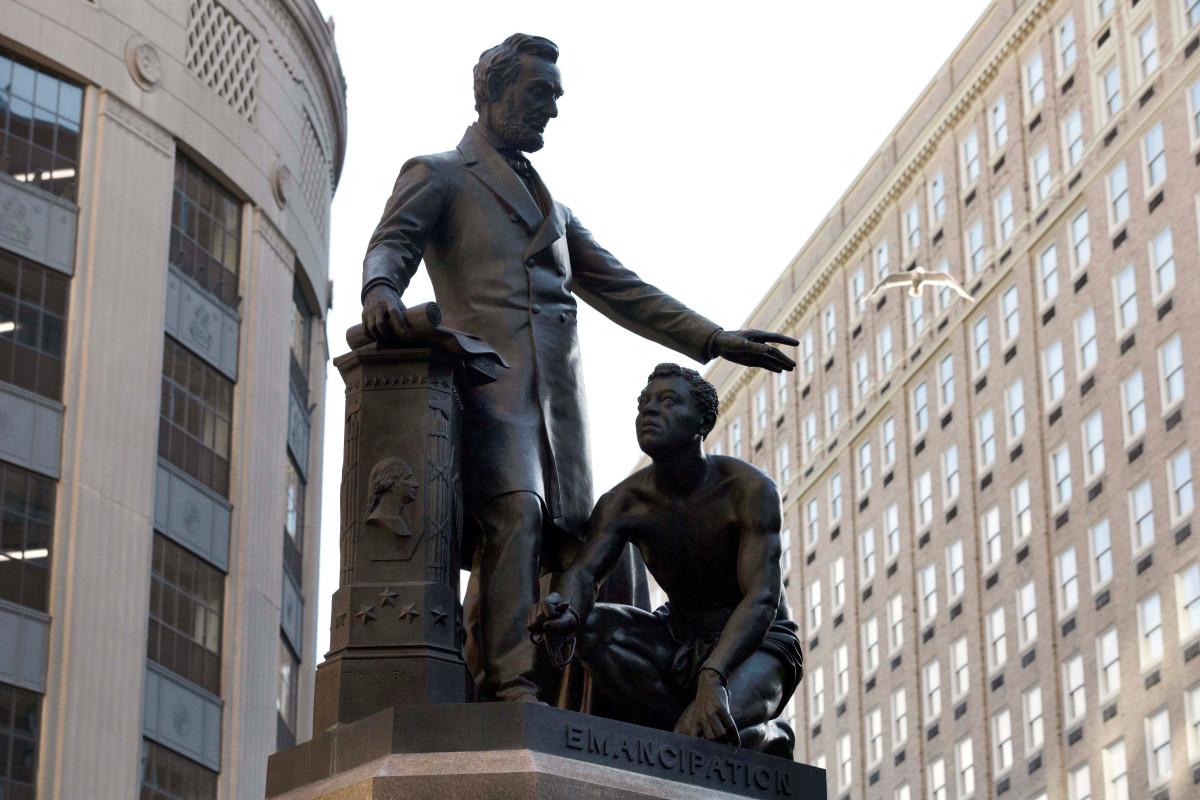 Boston menganggap menghapus patung Lincoln dengan budak yang dibebaskan