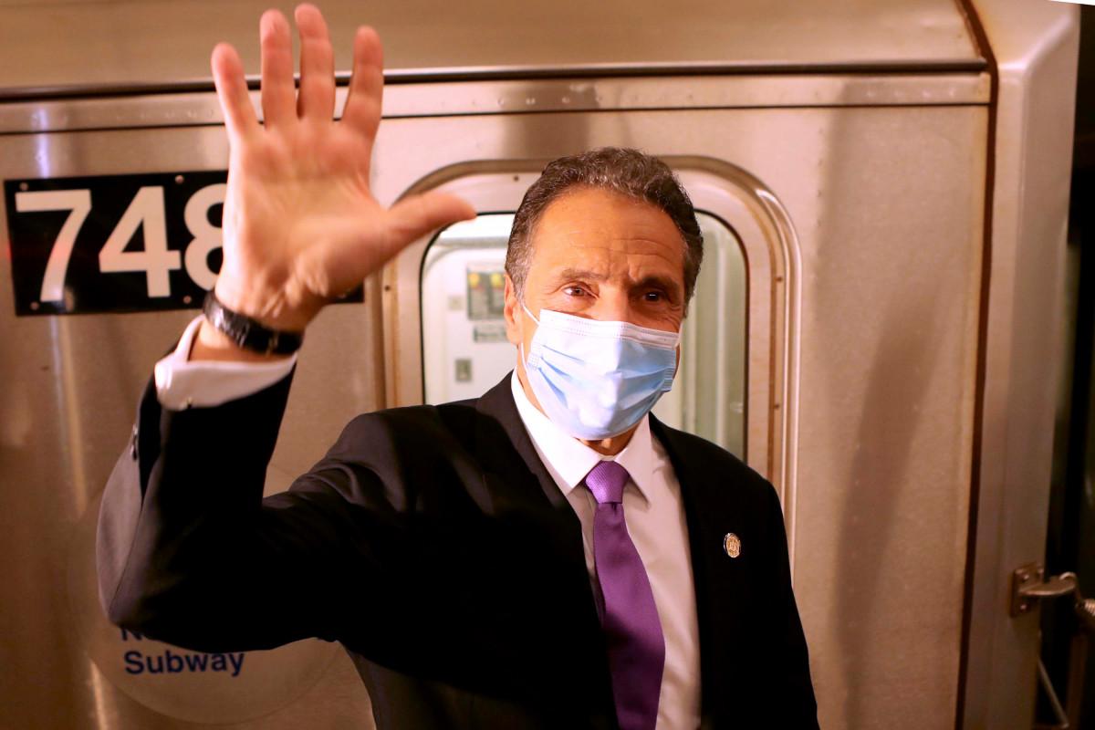 Gubernur Cuomo naik kereta bawah tanah untuk bekerja pada hari pertama pembukaan kembali NYC