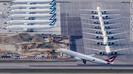 Cathay Pacific memangkas hampir semua penerbangan penumpang di atas pandemi coronavirus