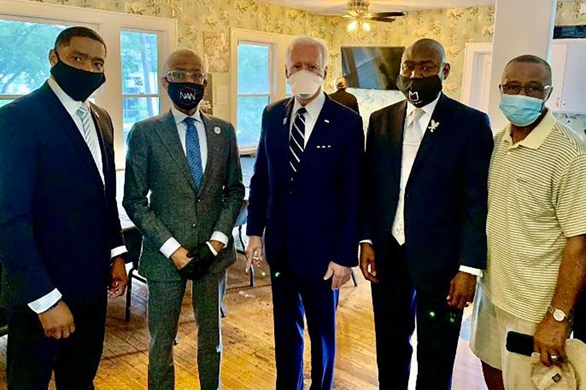 Joe Biden bertemu dengan keluarga George Floyd di Houston menjelang pemakaman