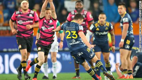 Bryn Gatland menendang gol kemenangan yang jatuh untuk memberi Otago Highlanders kemenangan 28-27 atas Waikato Chiefs dalam kompetisi Super Rugby Aotearoa.