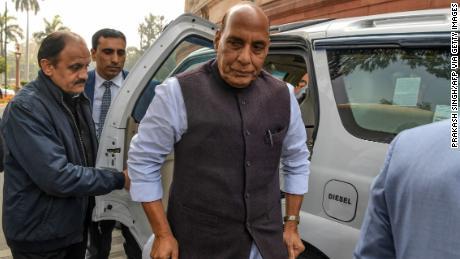 Menteri Pertahanan India Rajnath Singh (C) tiba di Parlemen di New Delhi pada 11 Februari.