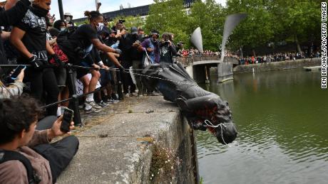 Para pengunjuk rasa melemparkan patung Edward Colston ke sungai di dekatnya saat protes Black Lives Matter.