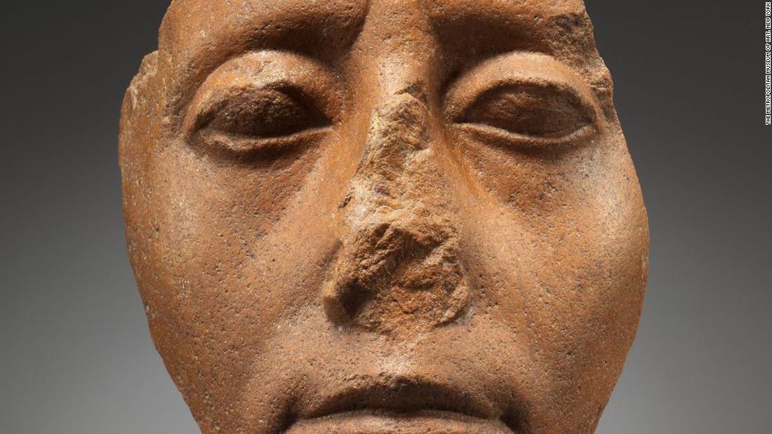 Mengapa banyak patung Mesir mematahkan hidung?
