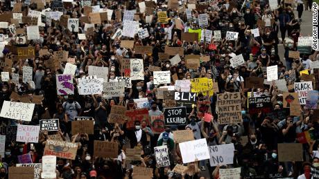 Lebih dari 1.000 profesional kesehatan menandatangani surat yang mengatakan, Jangan matikan protes menggunakan masalah virus corona sebagai alasan