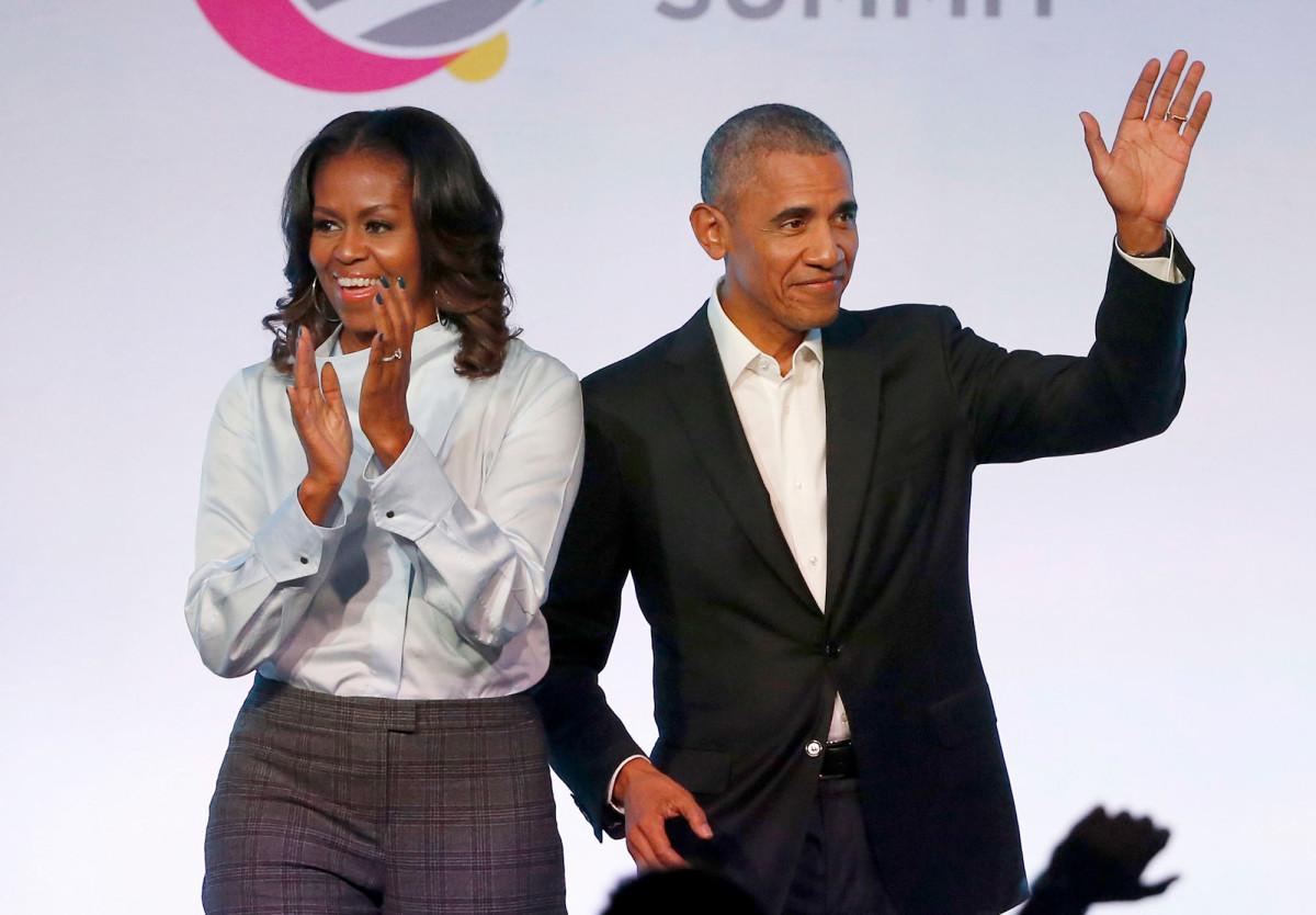 Obama menyampaikan pidato selama upacara wisuda YouTube HS