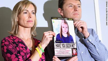 Kate dan Gerry McCann memegang citra polisi Madeleine yang berkembang seiring usia selama konferensi pers di London pada peringatan 5 tahun kepergiannya pada Mei 2012.