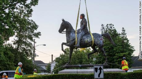 Patung-patung Konfederasi turun setelah kematian George Floyd. Inilah yang kami ketahui