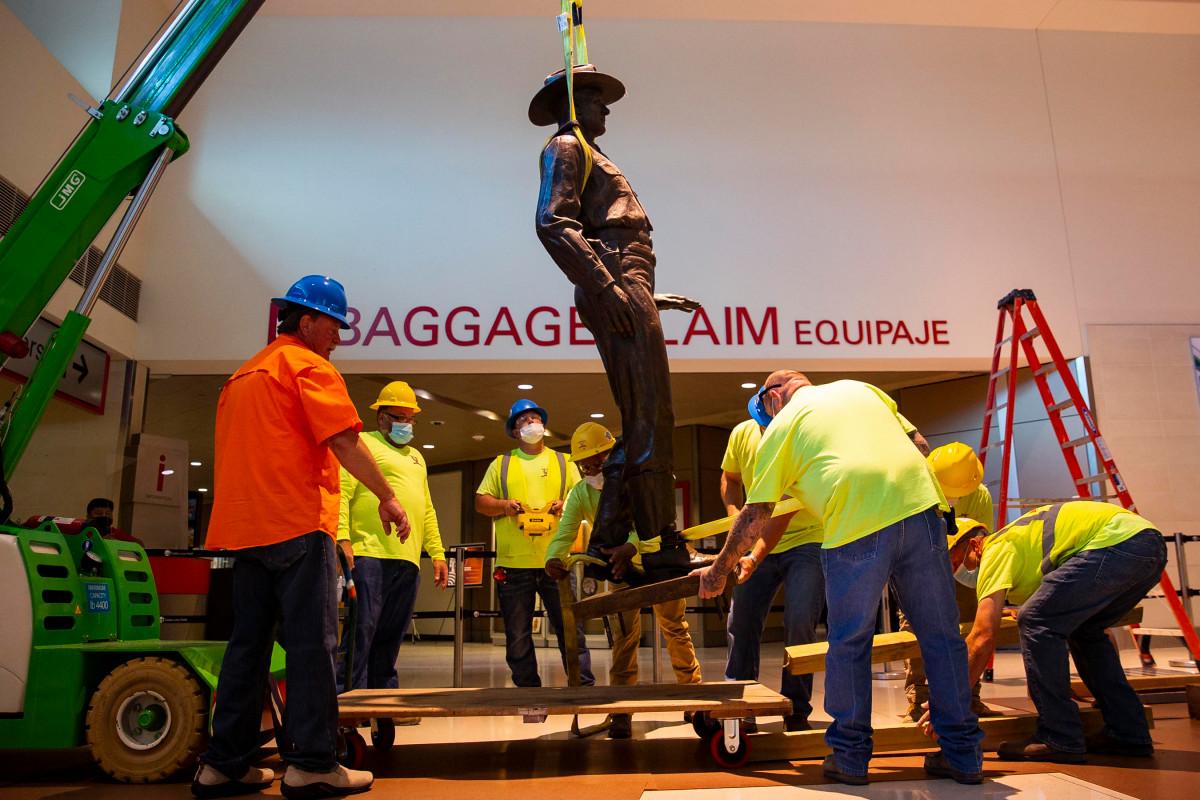 Patung Texas Ranger dipindahkan dari bandara Dallas Love Field