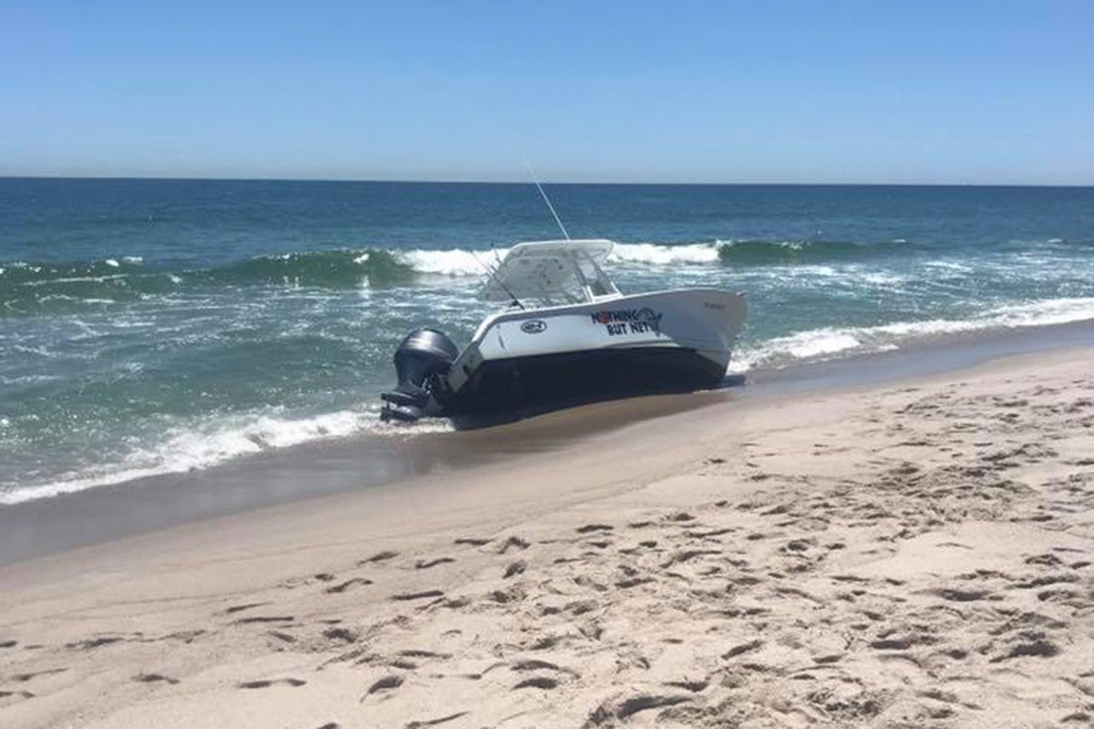 Paus terbalik kapal lepas pantai NJ dengan dua orang di dalamnya