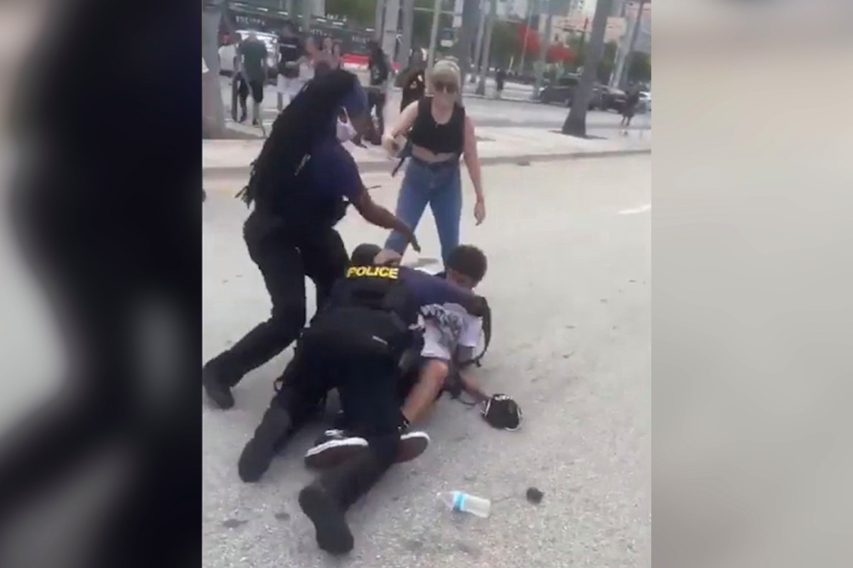 Pemrotes Miami menghancurkan mobil polisi dengan skateboard: video