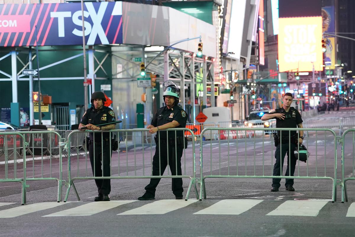 Pendidik NYC menuntut dana dari NYPD, uang untuk sekolah