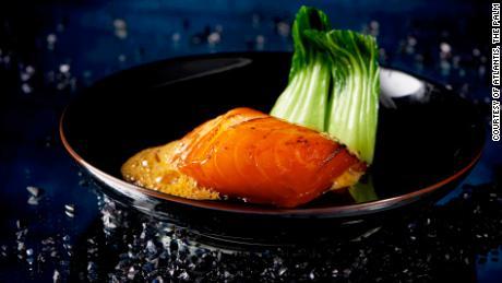 Restoran Kanton Hakkasan mengantarkan seabass Chili panggang dengan madu Cina.