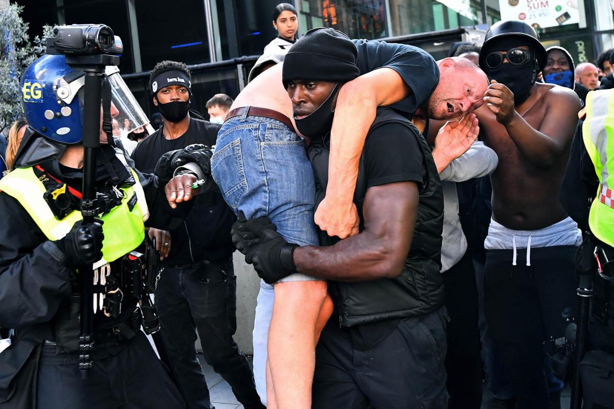 Pengunjuk rasa hitam yang membawa orang kulit putih ke tempat yang aman berusaha menghindari 'malapetaka'