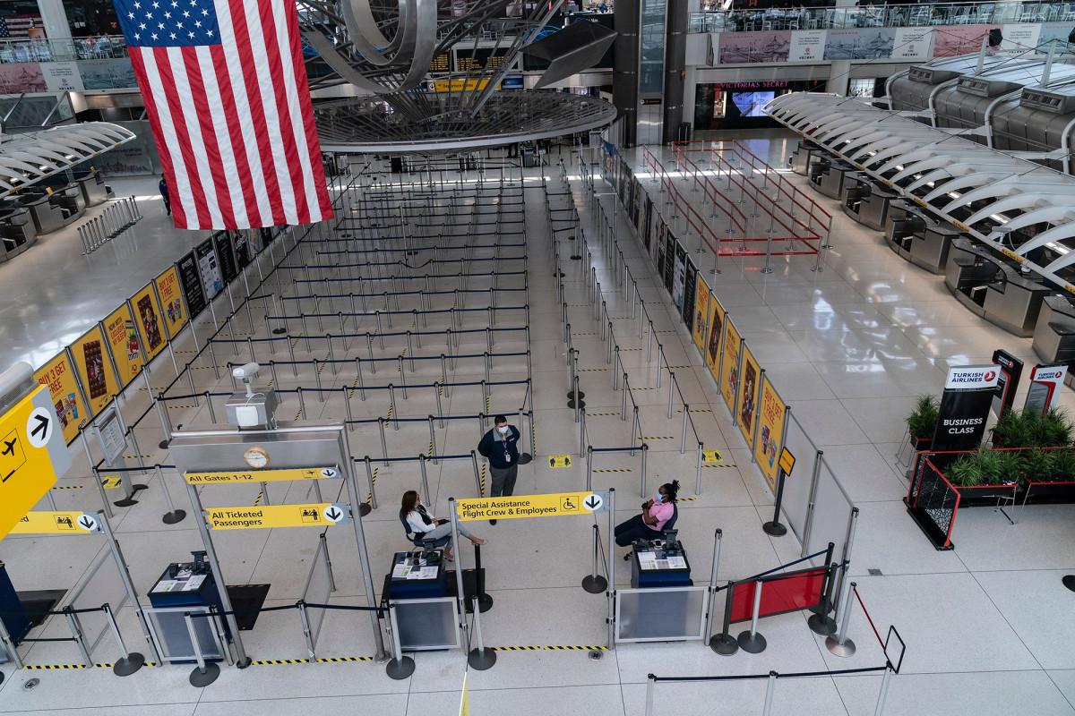 Pensiunan ahli bedah NYC menyebarkan COVID-19 pada penerbangan American Airlines: lapor