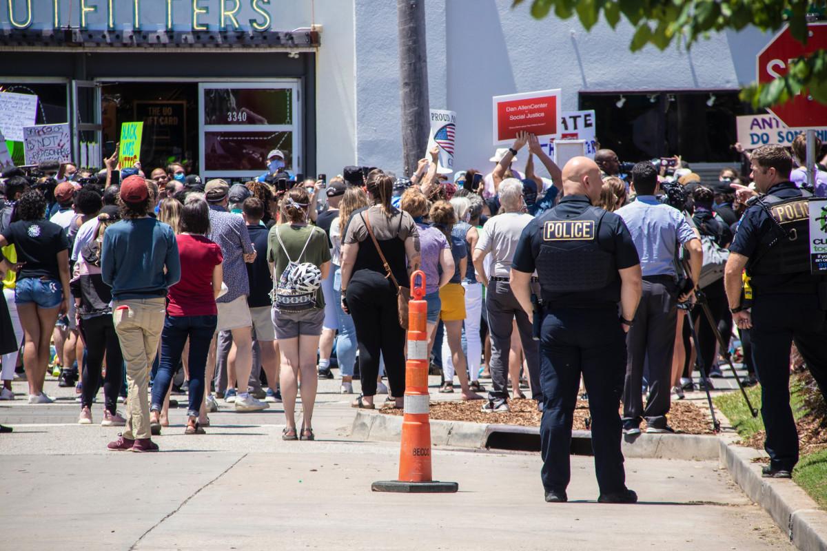 Perwira Oklahoma berhenti ketika diberitahu bahwa dia tidak bisa berlutut dengan demonstran
