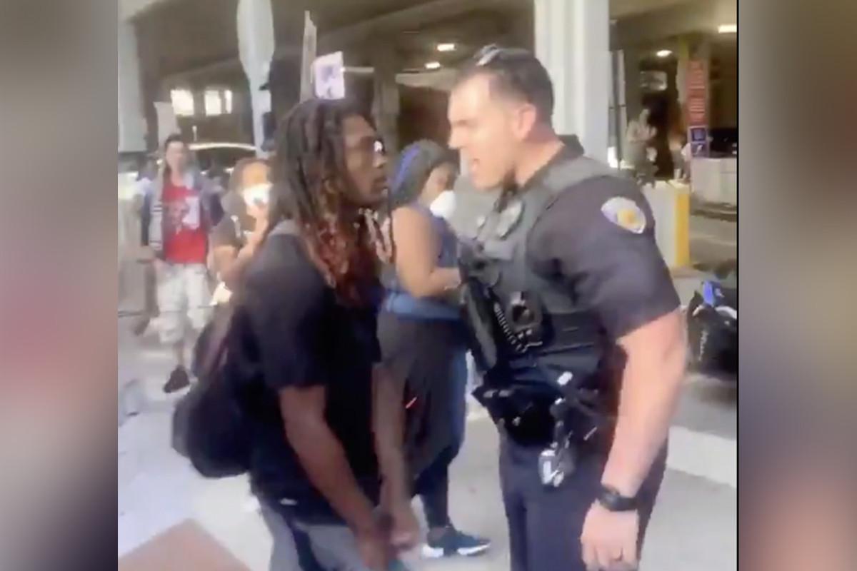 Polisi Fort Lauderdale diskors karena mendorong pengunjuk rasa berlutut