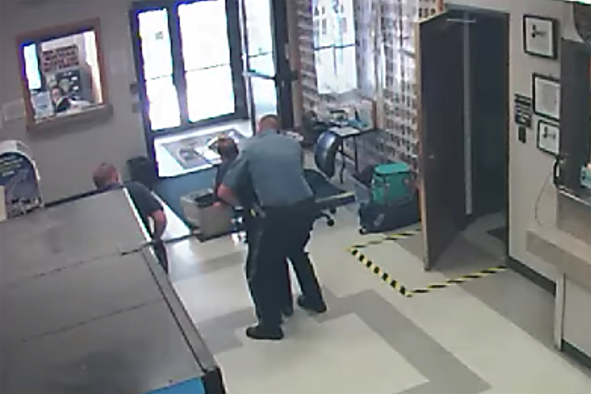 Polisi New Jersey melakukan manuver Heimlich di EMT dalam video