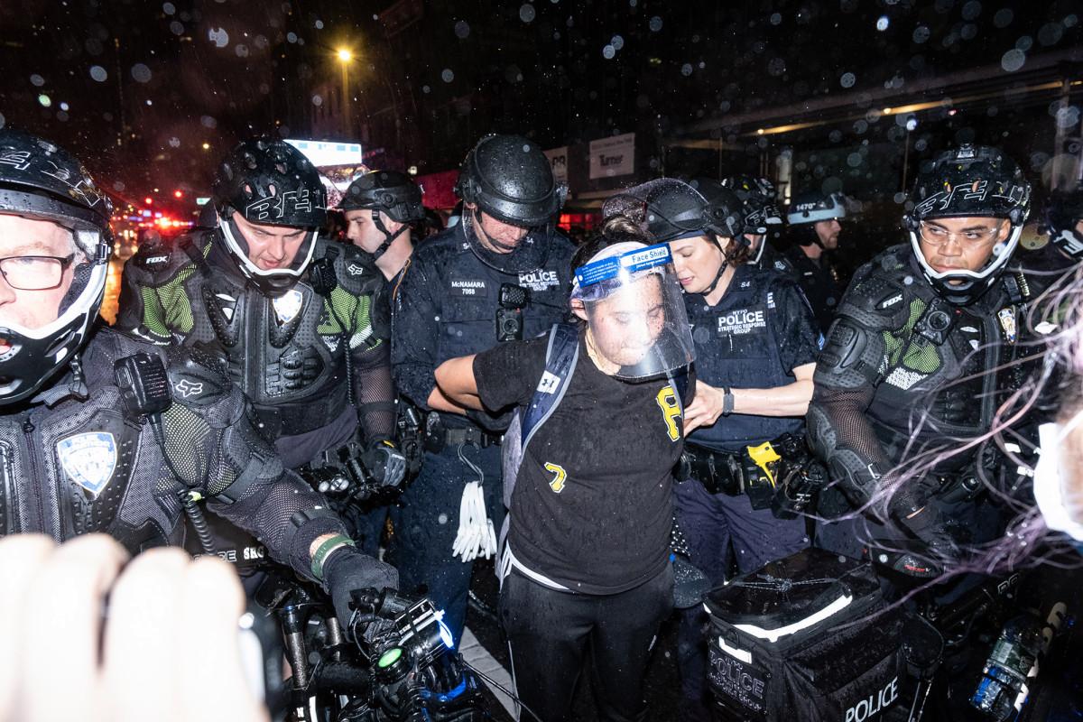 Polisi sepeda NYPD mengeluarkan 'seragam penyu' di tengah kerusuhan
