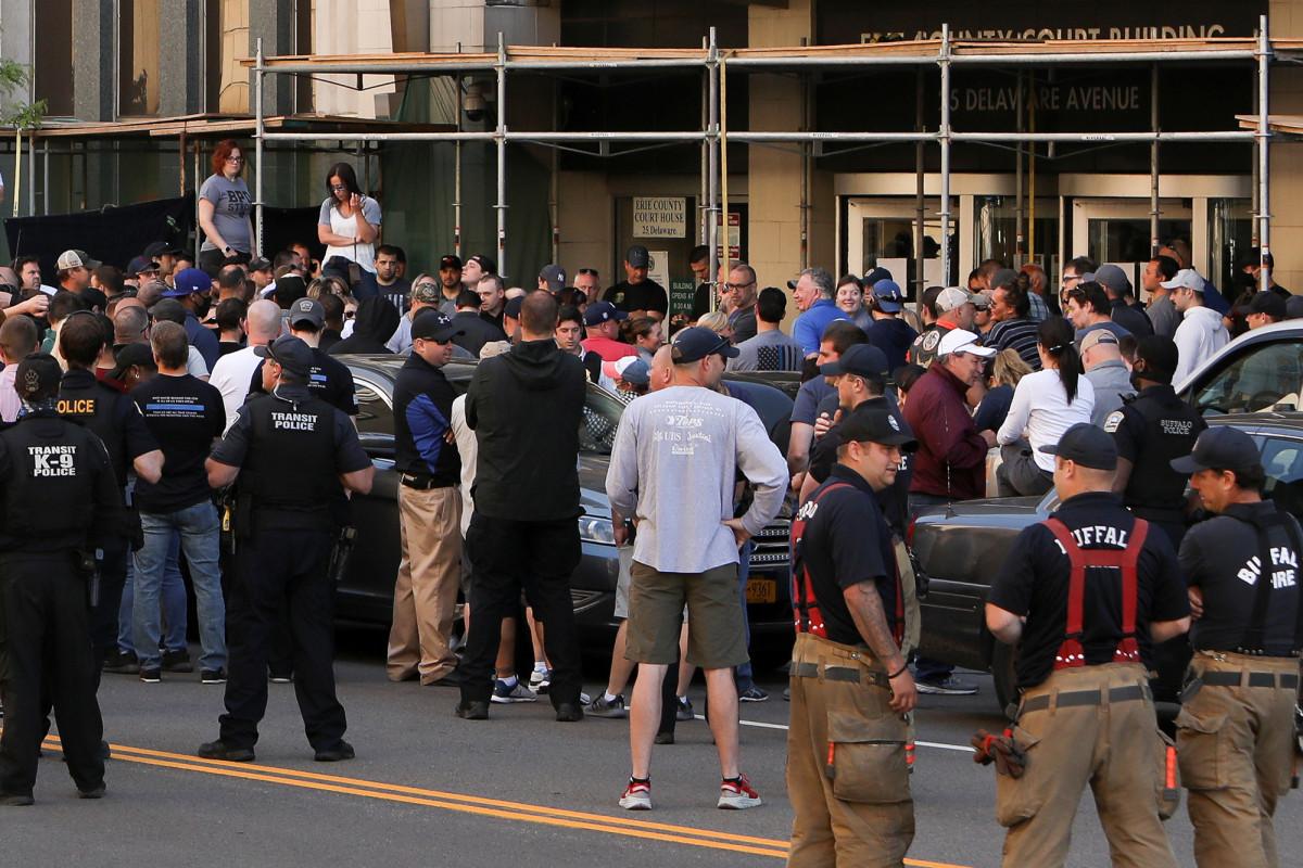 Presiden cabang kepolisian meminta maaf karena meminta polisi yang dituduh melakukan kebrutalan
