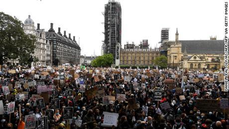 Pengunjuk rasa di luar Parlemen di London pada hari Sabtu.