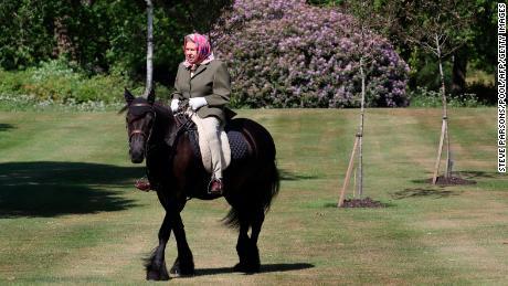 Ratu Elizabeth, 94, Inggris, menunggang kuda selama kuncian terkunci