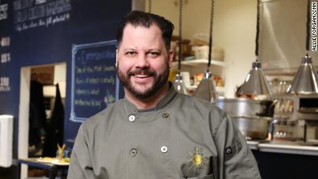 Chad Houser mengubah ruang restoran nirlaba menjadi pusat distribusi makanan darurat.