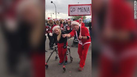 Cerebral palsy tidak bisa menghentikan anak 17 tahun ini dari menyelesaikan Santa Run menggunakan alat bantu jalan