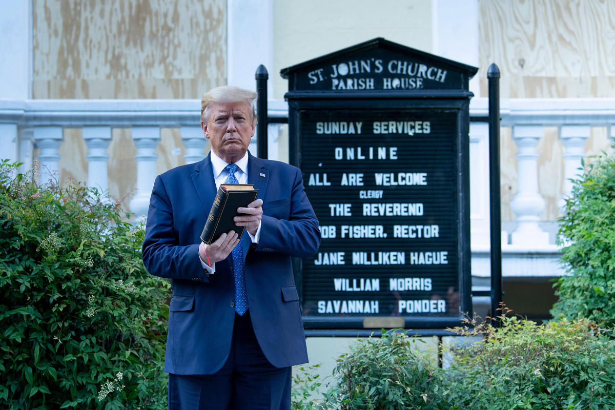 Trump membela 'foto op' saat mengunjungi gereja yang rusak akibat kebakaran