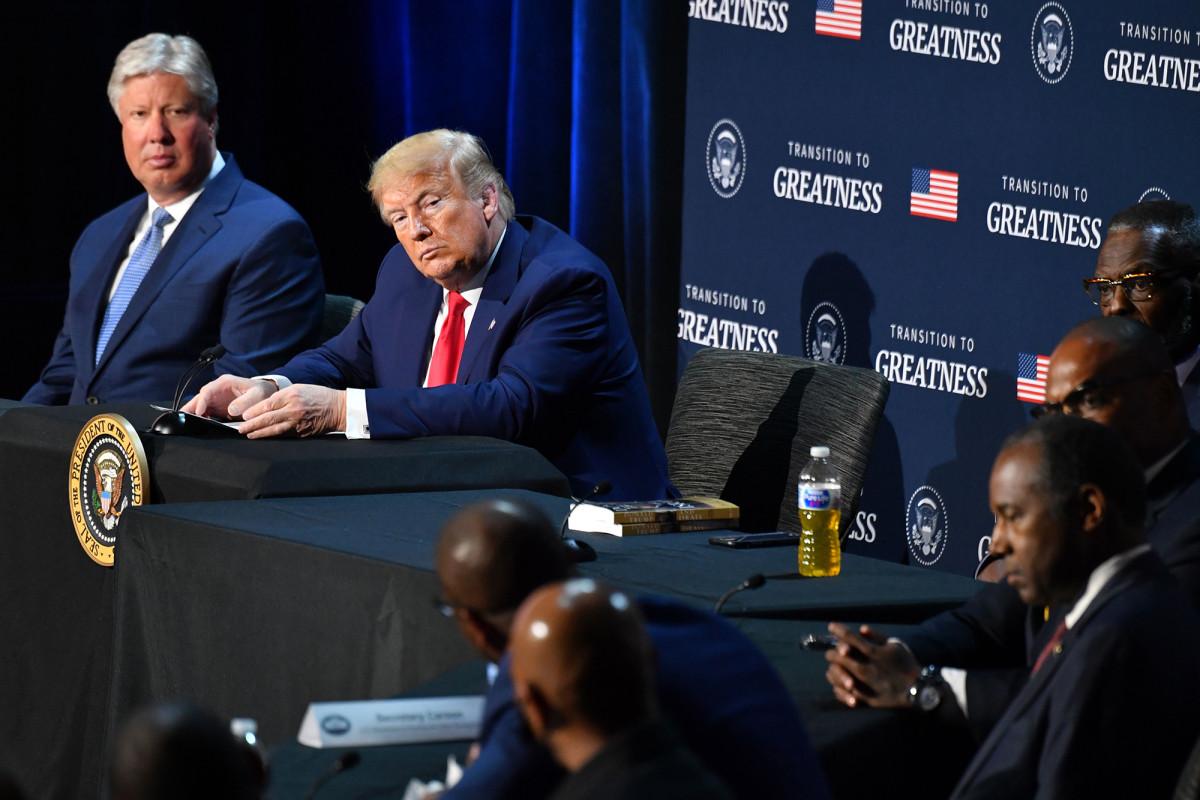 Trump menyiapkan perintah eksekutif yang mendesak 'kebalikan' dari penggelapan polisi