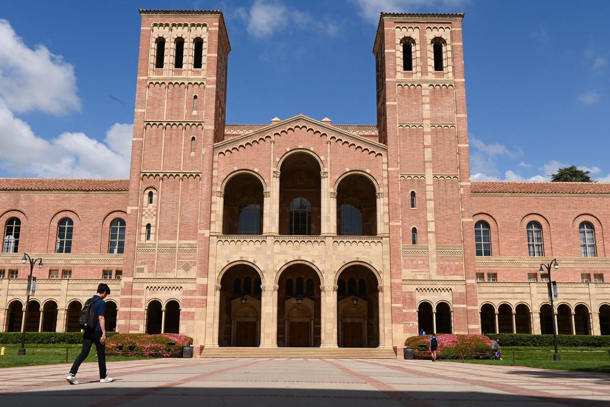 UCLA menangguhkan profesor karena menolak keringanan hukuman bagi siswa kulit hitam