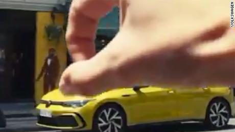 Ambil layar iklan. Volkswagen telah menarik video, tetapi diposting ulang di tempat lain di media sosial.