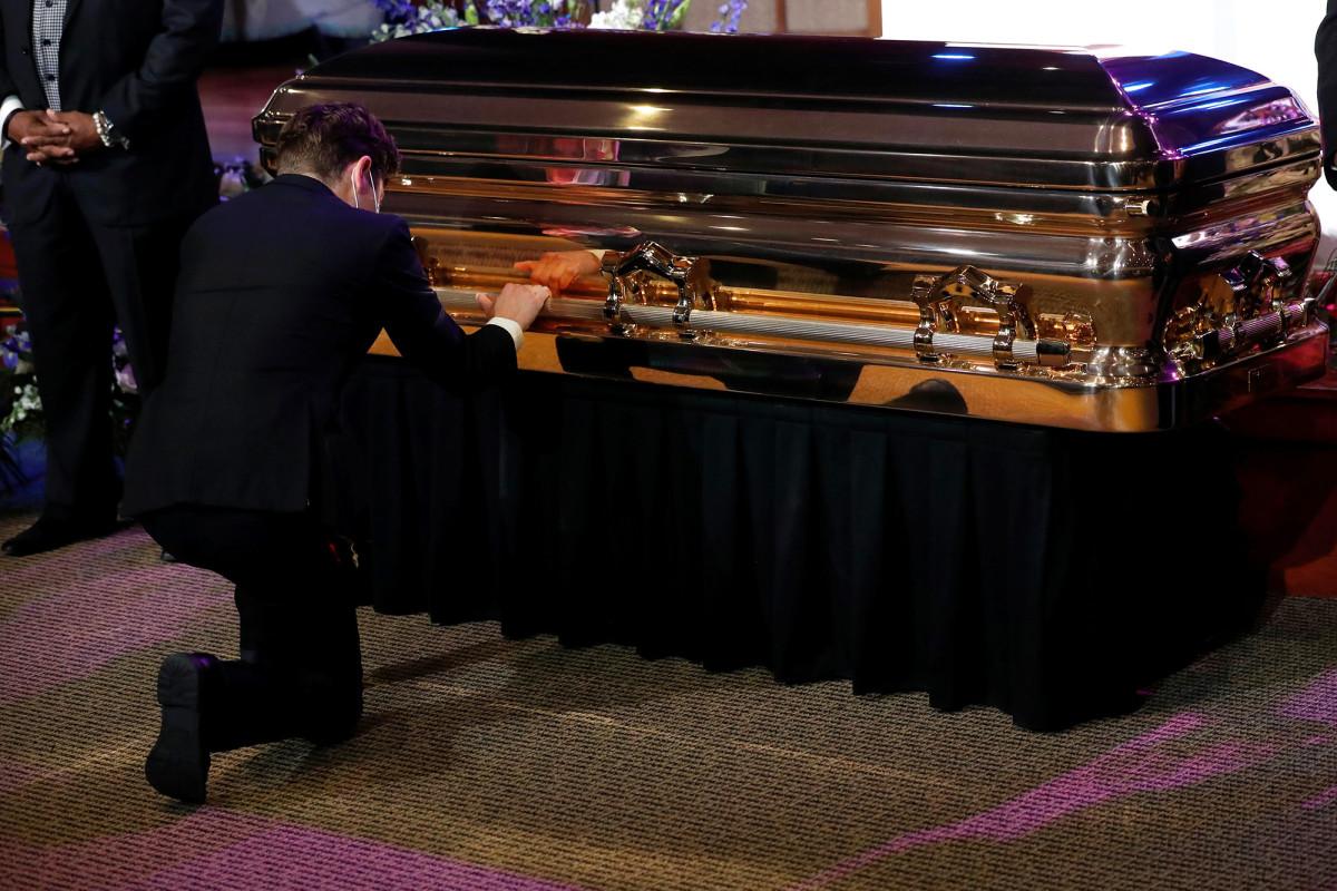 Walikota Minneapolis Jacob Frey terisak-isak di depan peti mati George Floyd