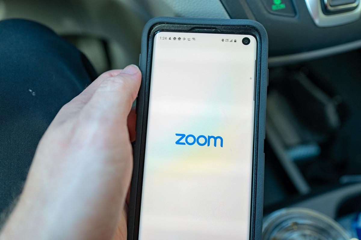 Zoom menghentikan sementara aktivis China setelah acara Lapangan Tiananmen